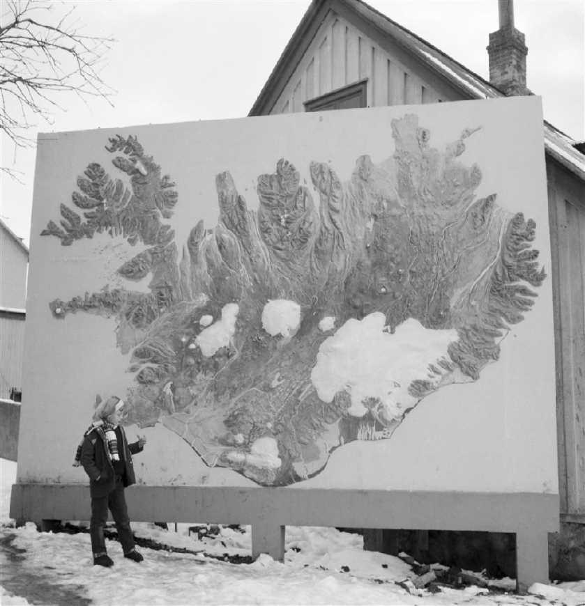 Um 1961-1963, stórt upphleypt Íslandskorti á sjálfstandandi vegg við Bernhöftstorfuna í Reykjavík. Kortið stóð á milli Lækjargötu 3 (Gimli) og Amtmannsstíg 1 sem sést fyrir aftan. Við kortið stendur barn, dóttir ljósmyndara, Ólafía Þórdís Gunnarsdóttir (Lóa Dís)