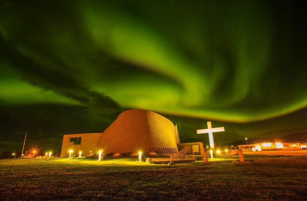 Blönduós église sous les aurores boréales